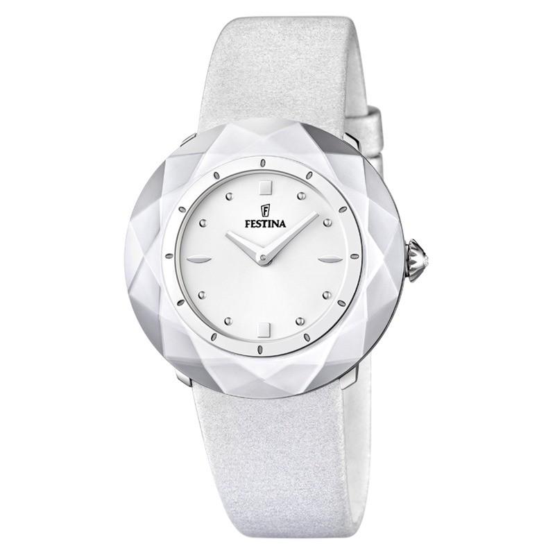 Montre avec bracelet en cuir argenté, et son cadran recouvert d'un cristal minéral durci.